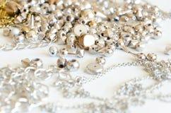 Fermez-vous vers le haut des colliers et des chaînes d'or Configuration fabriquée à la main d'appartement d'éléments de bijoux en Images stock