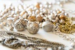 Fermez-vous vers le haut des colliers et des chaînes d'or Configuration fabriquée à la main d'appartement d'éléments de bijoux en Photos libres de droits