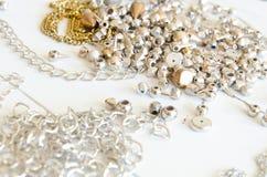 Fermez-vous vers le haut des colliers et des chaînes d'or Configuration fabriquée à la main d'appartement d'éléments de bijoux en Image stock
