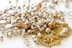 Fermez-vous vers le haut des colliers et des chaînes d'or Configuration fabriquée à la main d'appartement d'éléments de bijoux en Photos stock