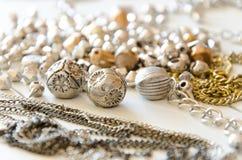 Fermez-vous vers le haut des colliers et des chaînes d'or Configuration fabriquée à la main d'appartement d'éléments de bijoux en Image libre de droits