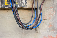 Fermez-vous vers le haut des cordes électriques du panneau électrique image stock