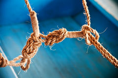 Fermez-vous vers le haut des cordes de bateau avec un noeud Photo libre de droits