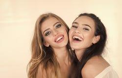 Fermez-vous vers le haut des couples à la mode de portrait de deux filles mignonnes Images stock