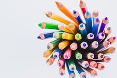 Fermez-vous vers le haut des crayons colorés sans couture rament d'isolement sur le fond blanc Crayons colorés avec l'espace de c Images stock