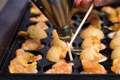 Fermez-vous vers le haut des crevettes roses de cuisson dans la moule avec des trous image libre de droits