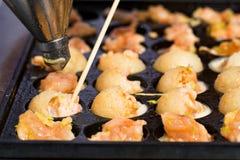 Fermez-vous vers le haut des crevettes roses de cuisson dans la moule avec des trous images stock