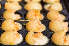 Fermez-vous vers le haut des crevettes roses de cuisson dans la moule avec des trous photos libres de droits