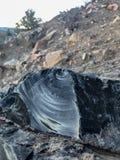 Fermez-vous vers le haut des cristaux de morceaux d'obsidien au cratère de Panum photos libres de droits