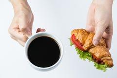 Fermez-vous vers le haut des croissants et du café pour la nourriture de petit déjeuner photos libres de droits