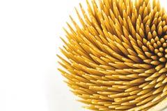 Fermez-vous vers le haut des cure-dents en bambou bruns sur le fond blanc Photos libres de droits