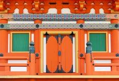 Fermez-vous vers le haut des détails d'architecture japonaise sur la porte et les fenêtres à un bâtiment dans le temple de Shinto Images stock