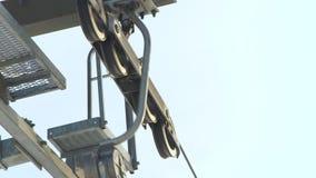 Fermez-vous vers le haut des détails de mécanisme de poulie en métal sur le système de fil de remonte-pente pour des skieurs et d banque de vidéos
