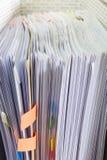 Fermez-vous vers le haut des documents dans le dossier photos stock
