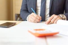 Fermez-vous vers le haut des documents de signature d'homme d'affaires Contrat de signature d'homme d'affaires faisant une affair image libre de droits