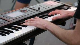 Fermez-vous vers le haut des doigts de pianiste aux clés de piano clips vidéos