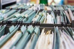 Fermez-vous vers le haut des dossiers dans un meuble d'archivage image libre de droits