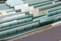 Fermez-vous vers le haut des dossiers dans un meuble d'archivage image stock