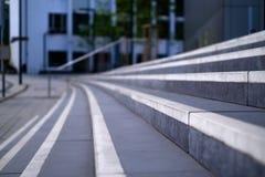 Fermez-vous vers le haut des escaliers avec les rayures blanches Photo libre de droits
