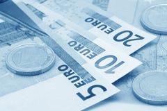 Fermez-vous vers le haut des euro (le bleu modifié la tonalité) Photos stock