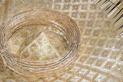 Fermez-vous vers le haut des feuilles en bambou d'armure de chapeau pour le tissage photographie stock libre de droits