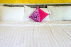 Fermez-vous vers le haut des feuilles et des oreillers blancs de literie Photographie stock