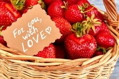 Fermez-vous vers le haut des fraises délicieuses dans le panier Photo stock