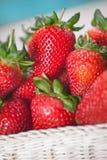 Fermez-vous vers le haut des fraises de pile dans le panier Photographie stock libre de droits
