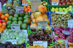 Fermez-vous vers le haut des fruits exotiques de vue à vendre Naschmarkt Vienne Photo libre de droits