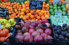 Fermez-vous vers le haut des fruits juteux de vue à vendre Naschmarkt Vienne Images stock