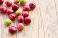 Fermez-vous vers le haut des grains de café frais sur la table en bois Photo stock