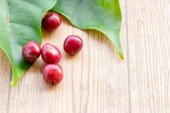 Fermez-vous vers le haut des grains de café frais sur la table en bois Images libres de droits