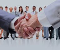 Fermez-vous vers le haut des hommes d'affaires se serrant la main Photo stock