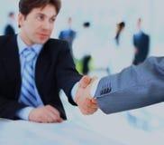 Fermez-vous vers le haut des hommes d'affaires se serrant la main Images libres de droits