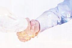 Fermez-vous vers le haut des hommes d'affaires se serrant la main Image libre de droits