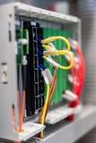 Fermez-vous vers le haut des installations et des fils électriques sur la protection de relais Images libres de droits