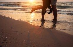 Fermez-vous vers le haut des jambes d'homme et de femme d'image sur la voie de maritime de ressac Photographie stock