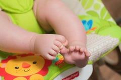 Fermez-vous vers le haut des jambes de bébé photos libres de droits