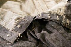 Fermez-vous vers le haut des jeans foncés défaits la fermeture éclair détaillés Images libres de droits