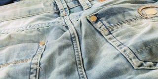 Fermez-vous vers le haut des jeans légers détaillés Image libre de droits