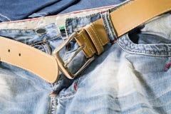 Fermez-vous vers le haut des jeans légers détaillés avec la ceinture ocre Images stock
