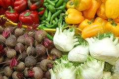 Fermez-vous vers le haut des légumes sur le stand du marché Image stock
