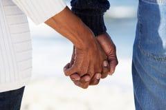 Fermez-vous vers le haut des mains aînées de fixation de couples Photographie stock libre de droits