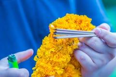 Fermez-vous vers le haut des mains allumant les bâtons d'encens pour l'image faite de Brahma Photo libre de droits