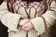 Fermez-vous vers le haut des mains d'une fille rectifiées dans l'usure roumaine traditionnelle images libres de droits