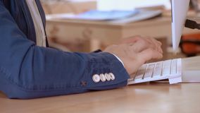 Fermez-vous vers le haut des mains de directeur saisissant des données banque de vidéos