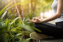 Fermez-vous vers le haut des mains de femme pratiquant le yoga et la méditation Images libres de droits