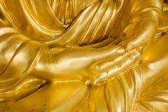 Fermez-vous vers le haut des mains de statue de Bouddha d'or images libres de droits