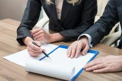 Fermez-vous vers le haut des mains du processus fonctionnant Négociation juridique de contrat Images stock