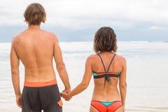Fermez-vous vers le haut des mains masculines et femelles liant sur la mer brouillée a Photos libres de droits